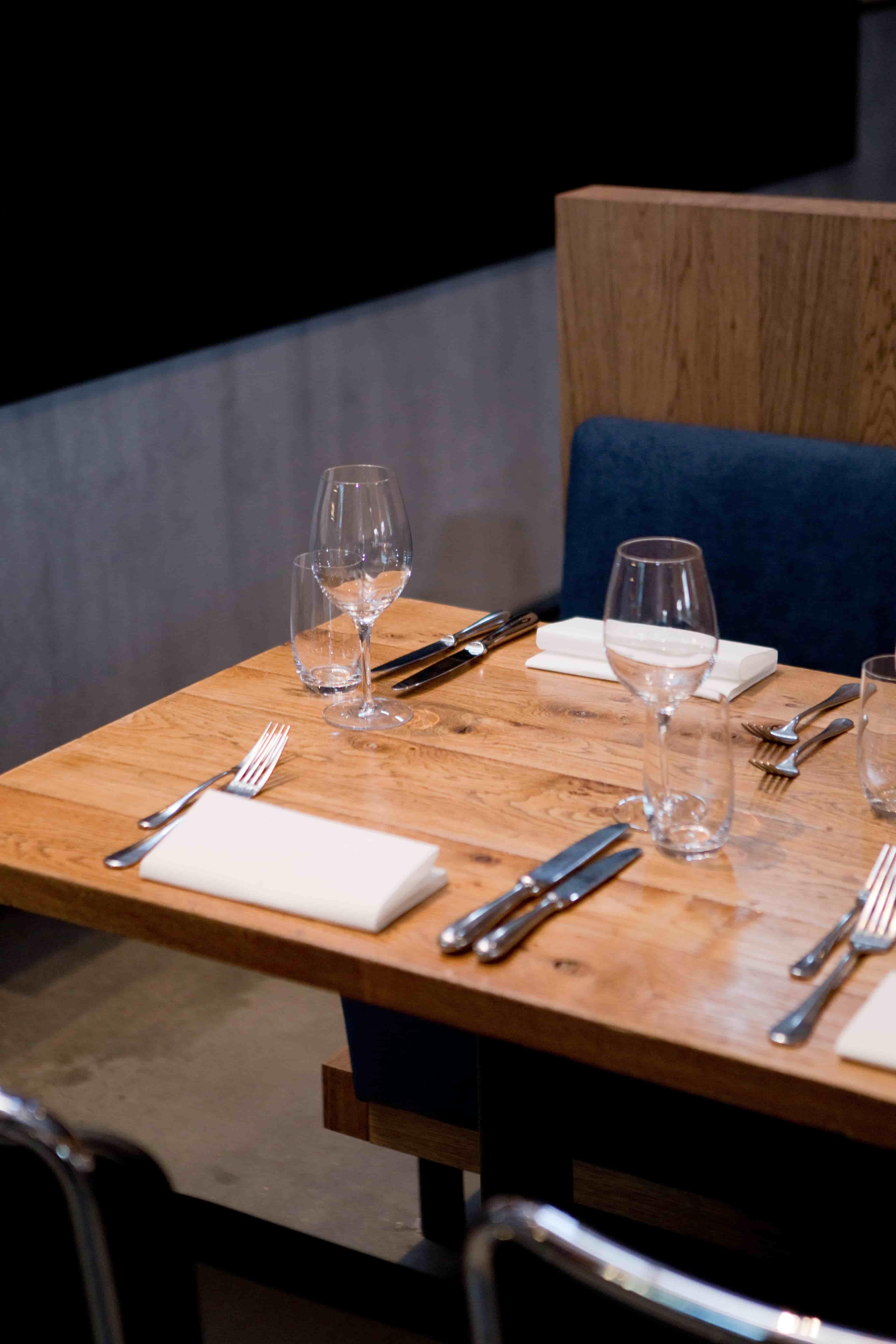 Opgemaakte tafel bij restaurant Vroeg 2019 brand Enbiun