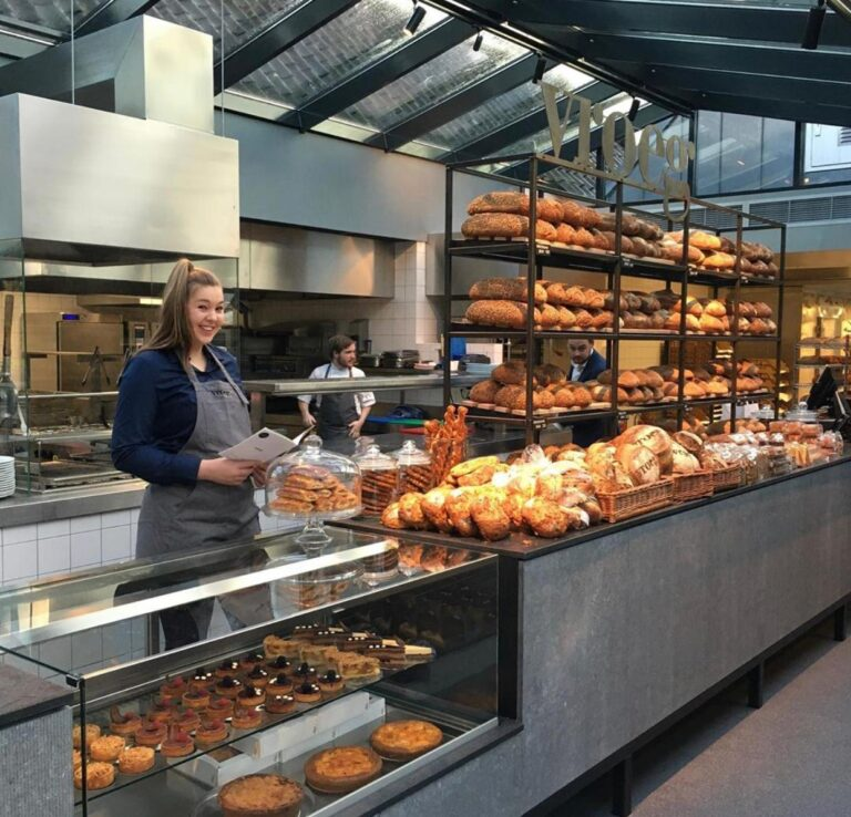 Het assortiment brood en gebak bij Restaurant Vroeg.